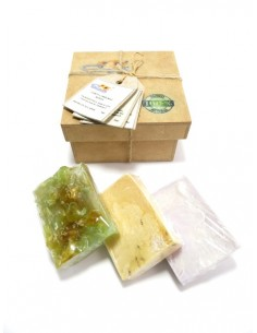 Caja de regalo con jabones 100% naturales y artesanales con fragancias de rosas, naranja y lavanda-almendras