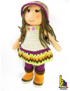 Muñeca con sombrero cloché tejida